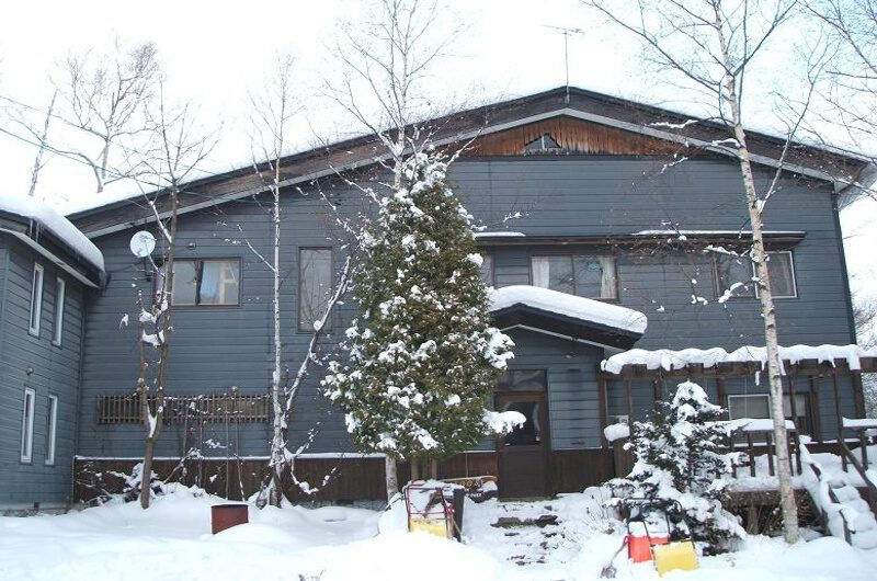Hangloose Hirafu Backpackers Outdoor Area with Snow | Lower Hirafu