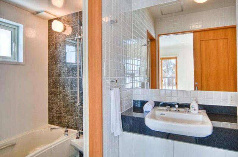 Kumajiro Bathroom with Bathtub | East Hirafu