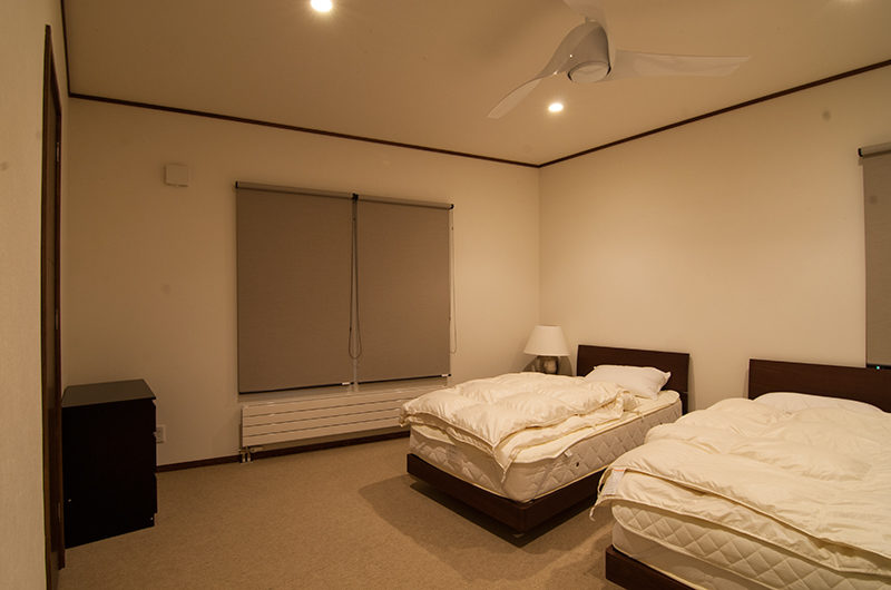 Snowbird Twin Bedroom with Carpet | Annupuri