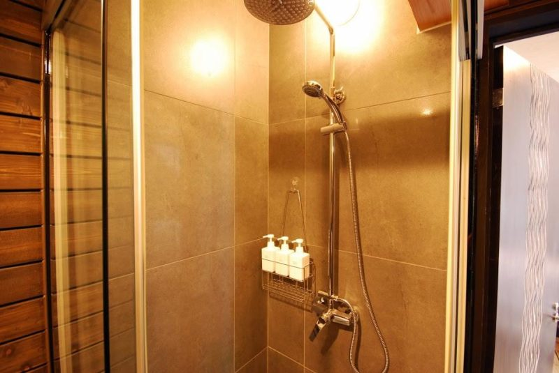 Momiji Lodge Bathroom with Shower | Middle Hirafu