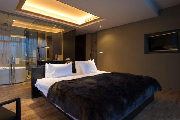 Muse Niseko Bedroom and En-Suite Bathroom | Middle Hirafu