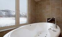 Eagle's Nest En-Suite Bathtub | West Hirafu