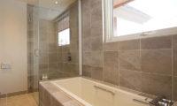 Eagle's Nest Bathroom with Bathtub | West Hirafu