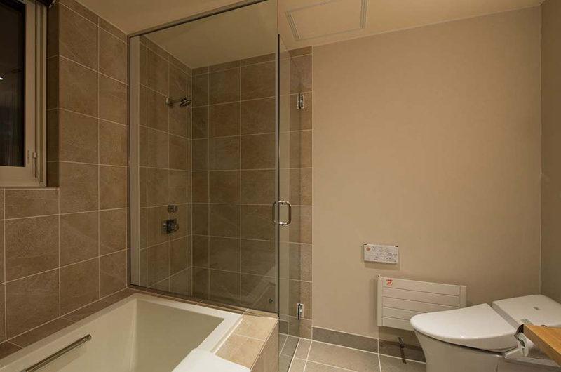 Goyomatsu Bathroom with Bathtub | West Hirafu