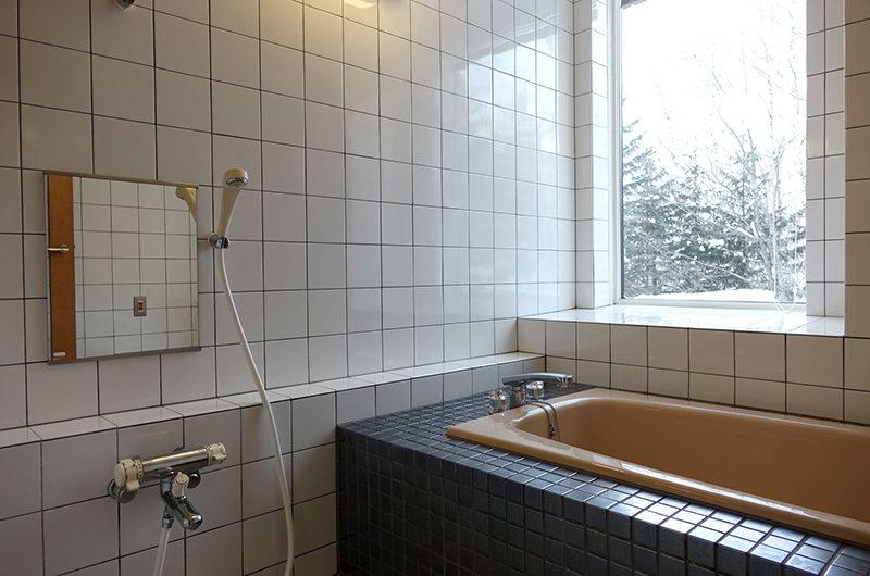 Ebina Chalet and Lodge Bathroom with Bathtub | Moiwa