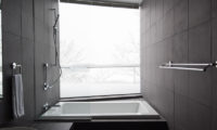 Kawasemi Residence Bathtub with Outdoor View | Lower Hirafu