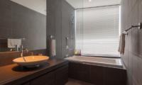 Kawasemi Residence En-Suite Bathroom | Lower Hirafu