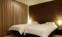 Shungyo Twin Bedroom with Table Lamps | East Hirafu