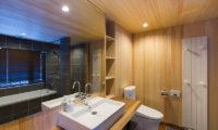 Gresystone Bathroom with Bathtub and Mirror | Lower Hirafu