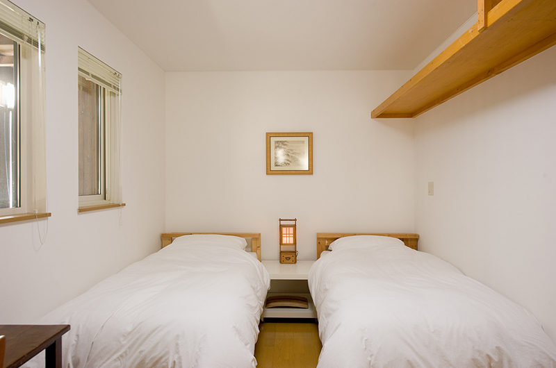 Chalet Murasaki Twin Bedroom with Lamp | Upper Hirafu