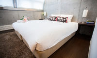 Full Circle Bedroom with Table Lamps | Middle Hirafu