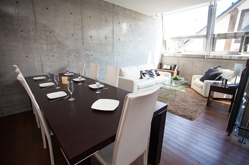 Full Circle Living and Dining Area | Middle Hirafu