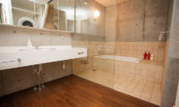Full Circle En-Suite Bathroom with Bathtub | Middle Hirafu