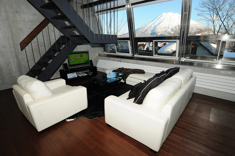 Full Circle Lounge Area with Mountain View | Middle Hirafu