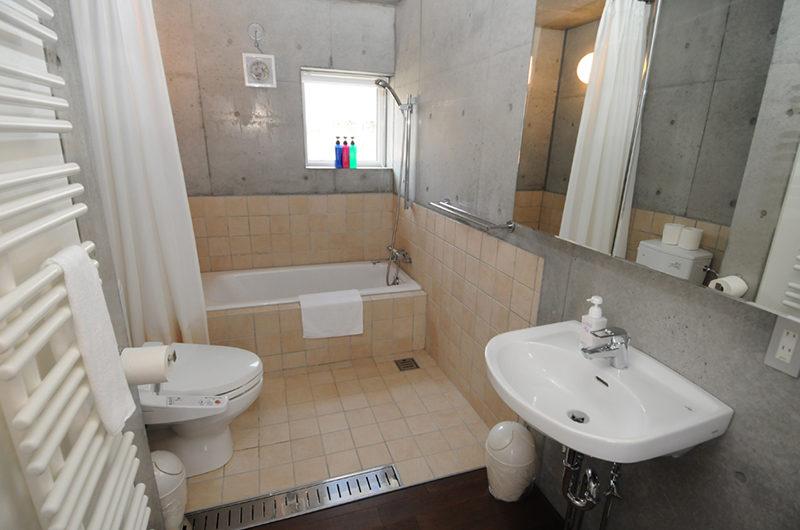 Full Circle Bathroom with Bathtub | Middle Hirafu