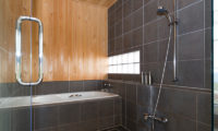 Ginsetsu Bathroom with Bathtub | Middle Hirafu