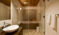Niseko Hana and Jo Bathroom with Bathtub | East Hirafu