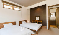 Niseko Hana and Jo Twin Bedroom and Bathroom | East Hirafu