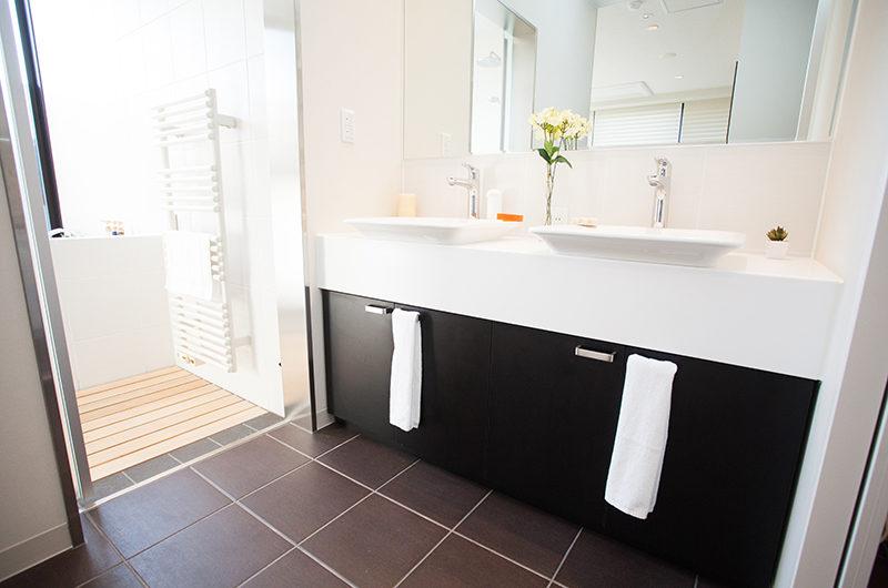 Hirafu 188 Apartments His and Hers Bathroom | Upper Hirafu