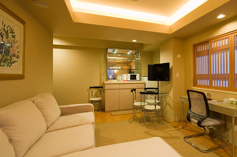 M Hotel Suite Living Area with Study Table | Middle Hirafu