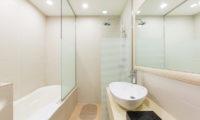 M Hotel Suite Bathroom with Bathtub | Middle Hirafu
