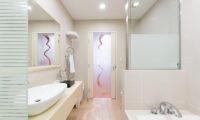 M Hotel Suite Bathroom | Middle Hirafu