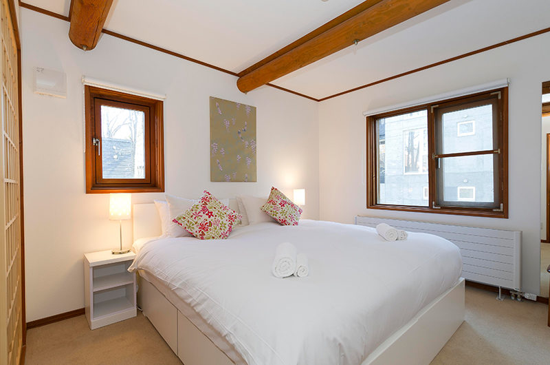Nupuri Cottage Bedroom with Windows | Lower Hirafu