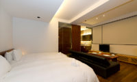 Setsugetsu Terrace Twin Bedroom with Sofa and TV | Middle Hirafu