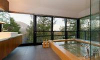 Setsugetsu Terrace En-Suite Bathtub with Mountain View | Middle Hirafu