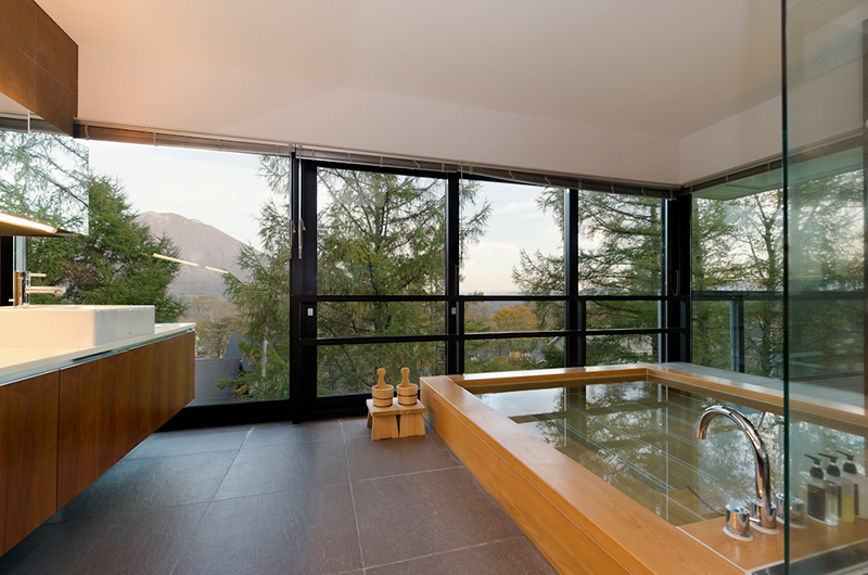 Setsugetsu Terrace En-Suite Bathtub with Mountain View | Middle Hirafu