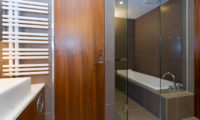 Setsugetsu Terrace Bathroom with Bathtub | Middle Hirafu