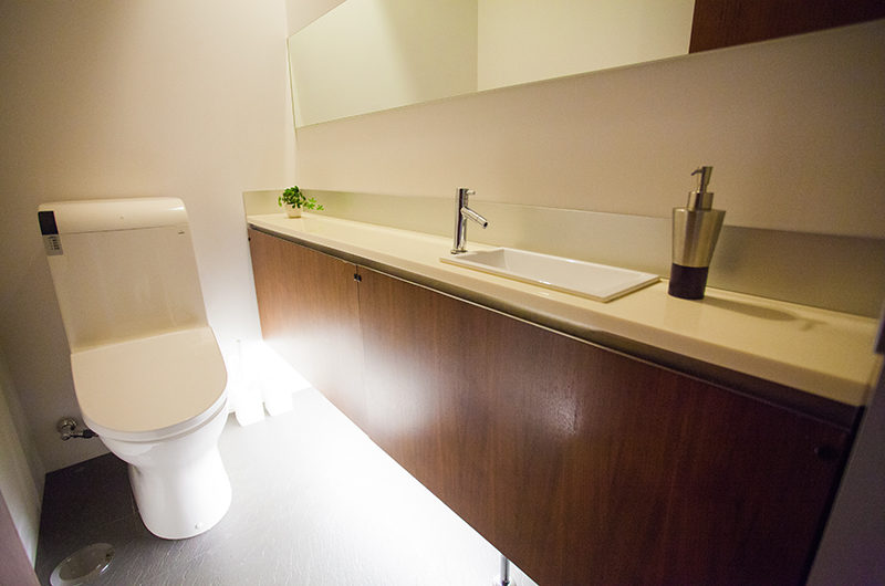 Shikaku Apartments Bathroom | Middle Hirafu
