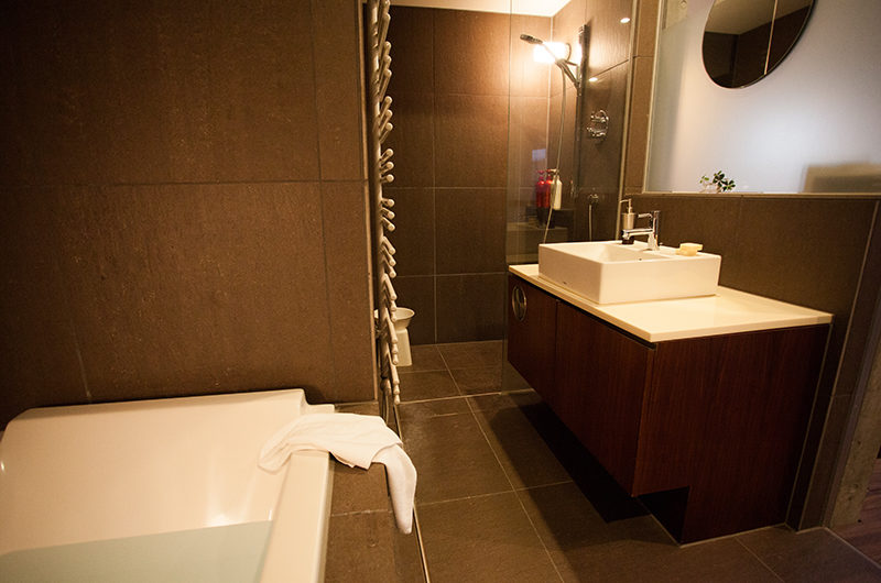 Shikaku Apartments Bathtub with Mirror | Middle Hirafu