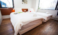 Shikaku Apartments Bedroom with Twin Beds | Middle Hirafu