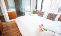 Shikaku Apartments King Size Bed | Middle Hirafu