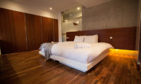 Shikaku Apartments Spacious Bedroom with Wooden Floor | Middle Hirafu