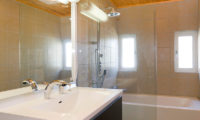 Sugarpot En-Suite Bathroom with Bathtub | Lower Hirafu