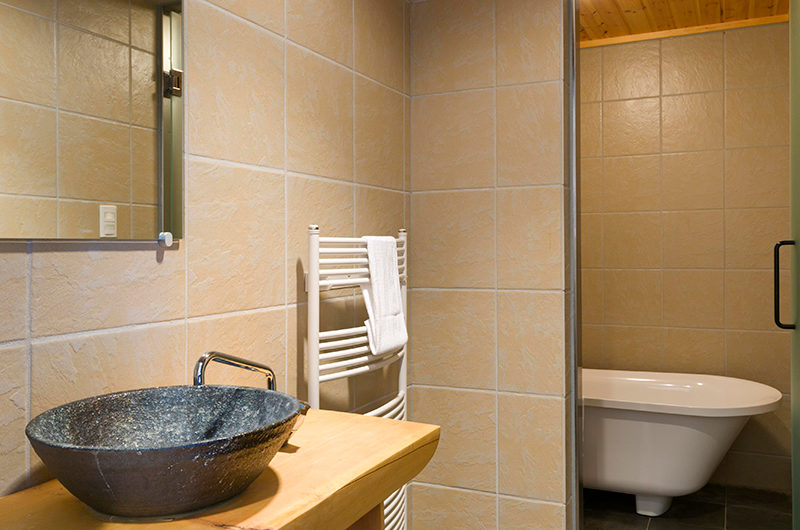 Sugarpot Bathroom with Bathtub | Lower Hirafu