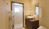 Tahoe Lodge Bathroom with Shower   East Hirafu