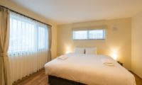 Tahoe Lodge King Size Bed with Wooden Floor | East Hirafu