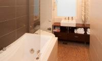 The Freshwater En-Suite Bathroom | Middle Hirafu