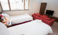 Toshokan Townhouses Twin Bedroom with Carpet and Window | Middle Hirafu