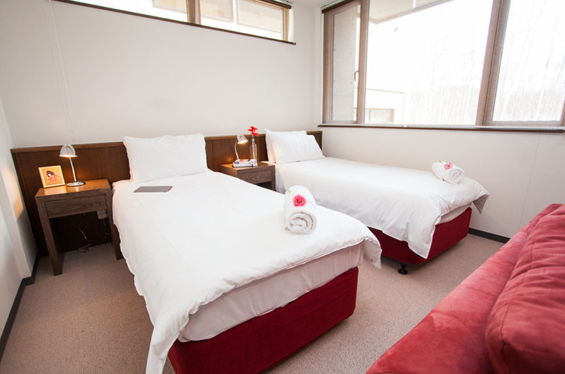 Toshokan Townhouses Twin Bedroom with Carpet and Lamps | Middle Hirafu