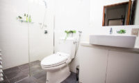 Toshokan Townhouses En-Suite Bathroom with Shower | Middle Hirafu