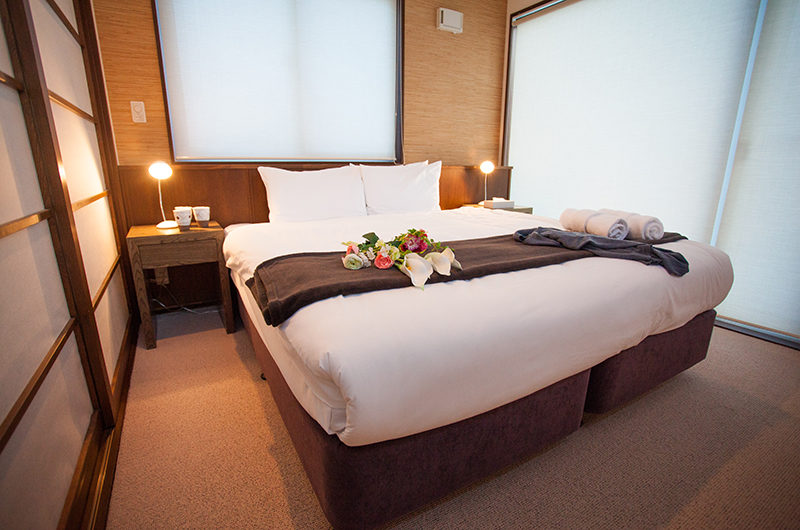 Toshokan Townhouses Bedroom with Table Lamp | Middle Hirafu