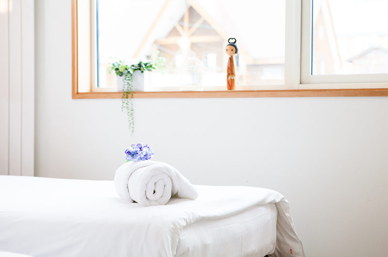 Yuki Yama Apartments Bedroom with Window | Middle Hirafu