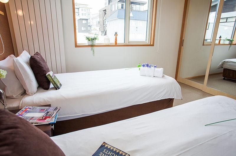 Yuki Yama Apartments Twin Bedroom with Mirror | Middle Hirafu