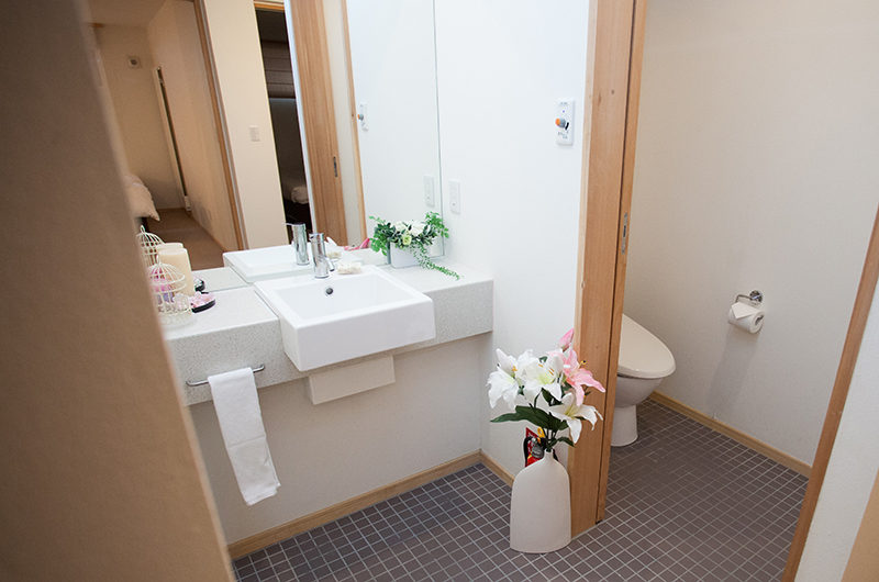 Yuki Yama Apartments En-Suite Bathroom | Middle Hirafu