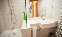 Yuki Yama Apartments Bathroom with Bathtub | Middle Hirafu