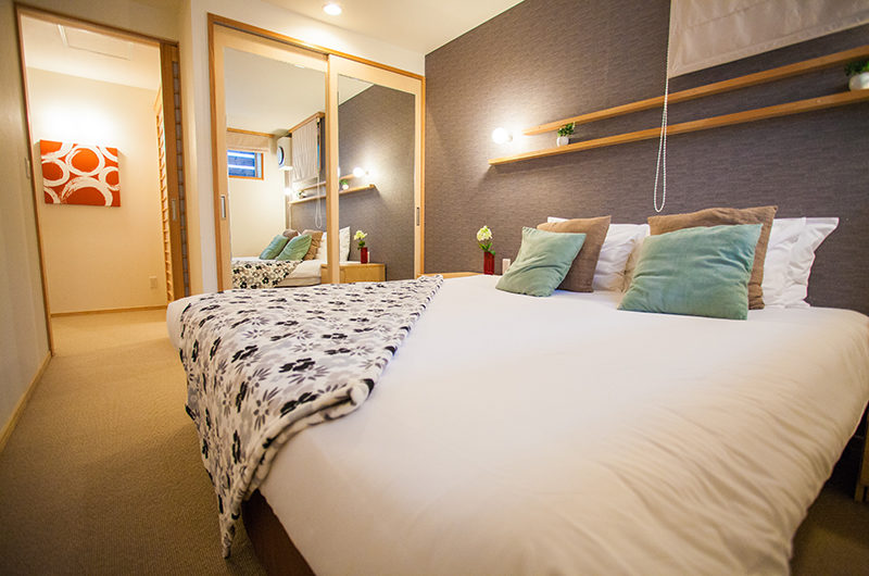 Yuki Yama Apartments Bedroom with Mirror | Middle Hirafu